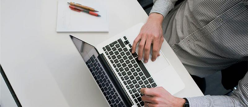 persona con ordenador